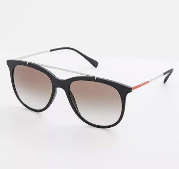 Итальянский Дом моды уже давно зарекомендовал себя как лидер по выпуску  солнцезащитных очков и других аксессуаров. Модель полностью выполнена из ... 64a31a07f04