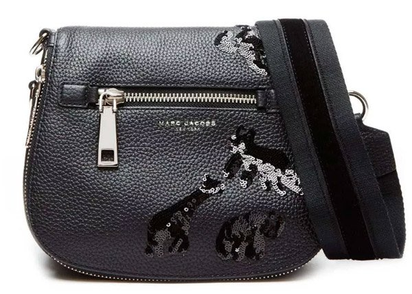 b74e07b968a6 Американский бренд Marc Jacobs, созданный в 1984 году, уже в 2014 вошел в  крупнейший в мире французский концерн LVMH. Сам создатель марки Марк  Джейкобс ...